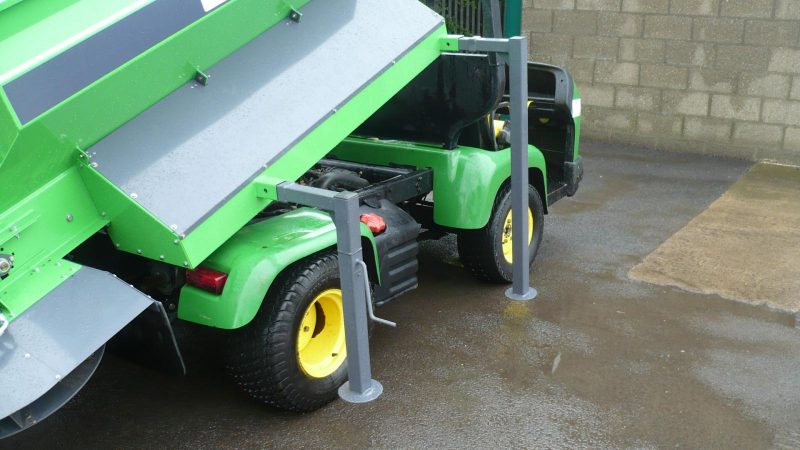 STARGREEN UTV DemountTurf Care Top Dresser TD700 stands with rear telescopic stands for safe demounting of the top dresser when in storage
