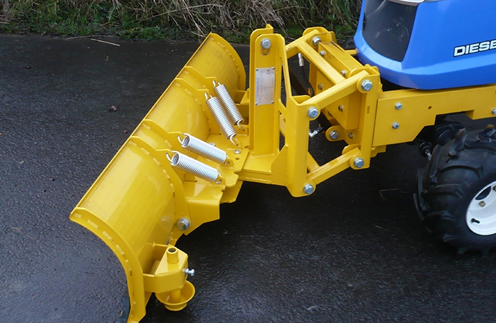 Manual angling on snow plough can be set to: left, right or bulldoze