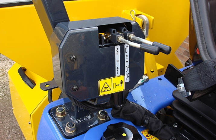 Easy-to-use hydraulic raise and lower controls for the snow plough via the compact tractor's trailer-tipping pipe hydraulic connection controls
