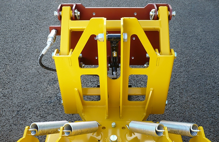 This VALE Engineering snow plough design has heavy-duty double pivoting lift arms