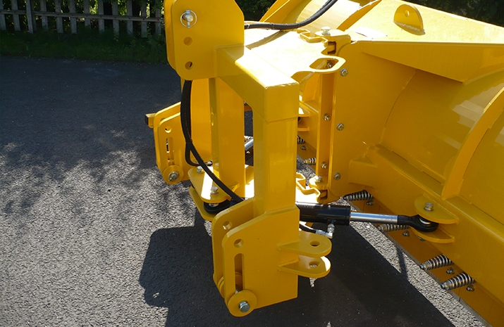 Snow plough float incorporated in linkage design, or fixed lower link mounting holes