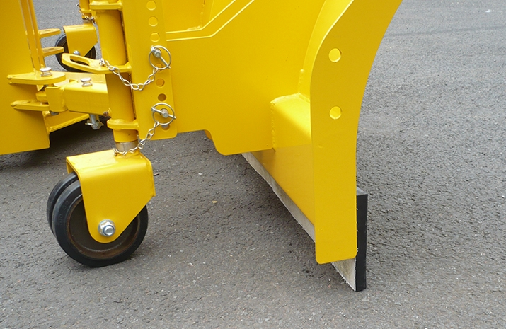Segmented abrasion resistant rubber wearing edge which can be refitted multiple times