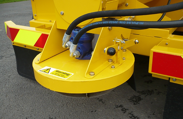 Hydraulically driven stainless steel disc, with adjustable spread width from 1.8m to 8m on the TS1200 salt spreader(gritter)