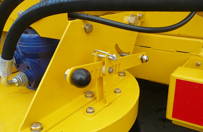 Symmetric and asymmetric patterns achievable using a manually adjustable chute on the TS1200 salt spreader(gritter)