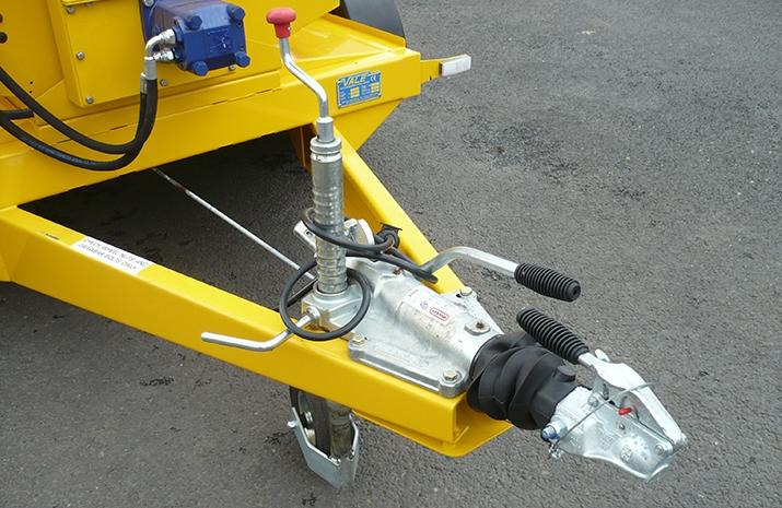 VALE Engineering's TS1200 salt spreader (gritter) has heavy duty 50mm ball cast drawbar overrun coupling and jockey wheel