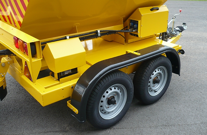 High quality twin axles fitted with torsion spring suspension and automatic brakes on the TS1200DC Trailed Salt Spreader (gritter)