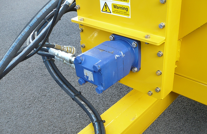 The Tractor Towed Salt Spreader is ydraulically powered from the tractors auxiliary hydraulic circuit (spool valves)