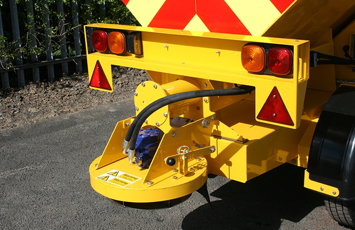 Symmetric and asymmetric patterns achievable using the manually adjustable chute on the VALE TS500 Tractor Towed Salt Spreader (Gritter)