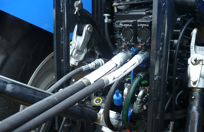 The VALE TS5000's hydraulic power comes from the tractor's auxiliary hydraulic circuit