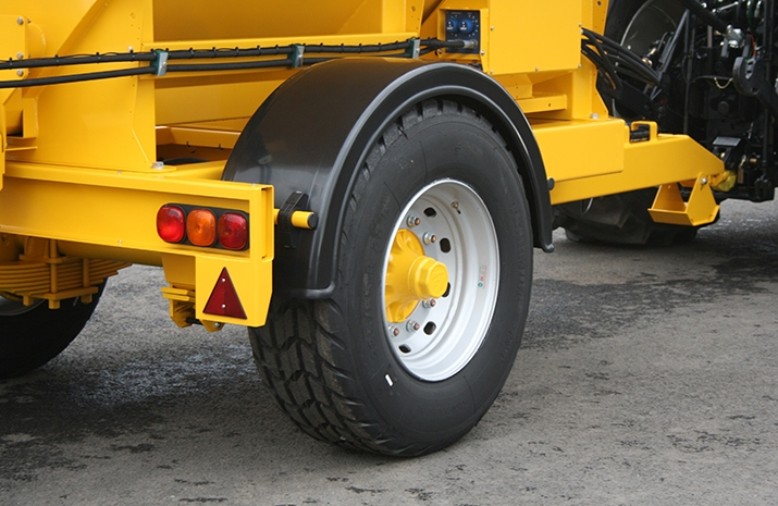 The VALE TS5000 Tractor Towed Salt Spreader (Gritter) has full road lighting with high quality rubberized lighting components to resist salt corrosion