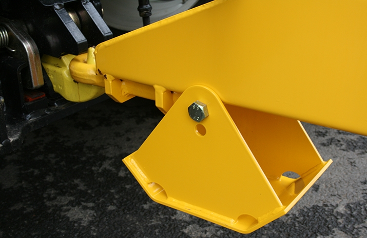 Heavy duty agricultural towing eye on the VALE TS5000 Tractor Towed Salt Spreader (Gritter) - detail