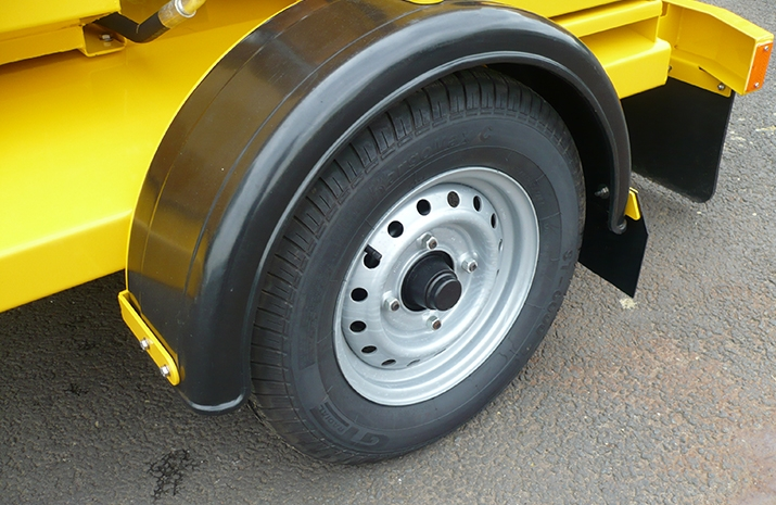 High quality axles fitted with torsion spring suspension and automatic brakes, 8 ply road going wheels and tyres on VALE Engineering's TS500HS salt spreader (gritter)