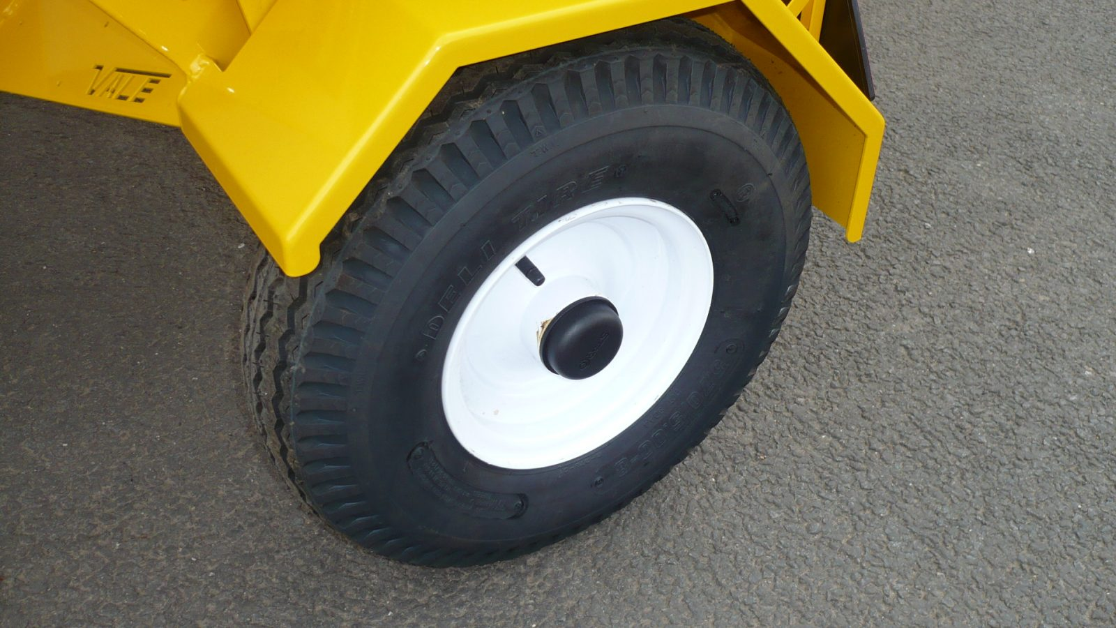 Heavy duty tyres on VALE Engineering's Towed or Mounted Drop Gritter TS80